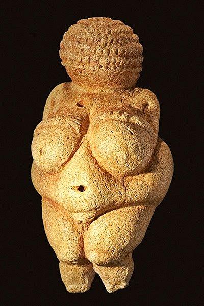 Willendorfská venuše z období mladšího paleolitu, archeologické kultury gravettien, přibližně 22/20 000 př. n. l. Je nejznámějším archeologickým nálezem na území Rakouska.