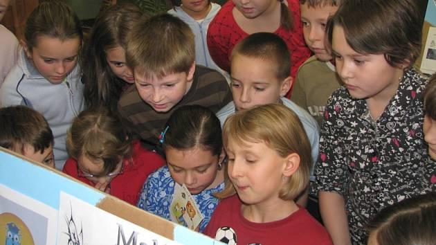 Jeden z panelů, který představuje zájmovou činnost s podporou magistrátu města, si na naší fotografii prohlížejí děti ze 3. C.