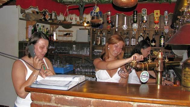 Rezervovat místa pro větší společnost si u Alchymisty musíte dopředu. Počkat si ale stojí za to, protože obsluha vám natočí, podle vlastního přání, jedno ze šesti druhů piv, které restaurace nabízí.
