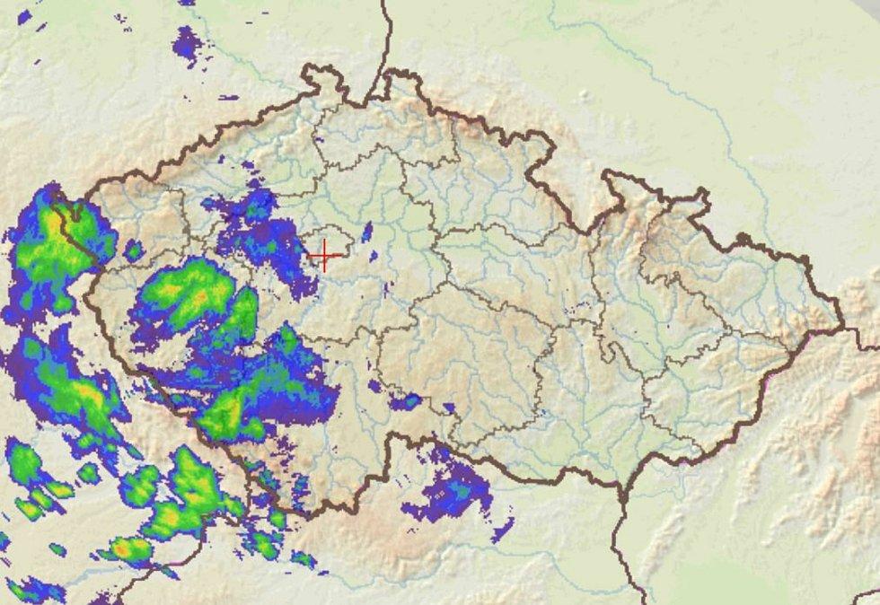 V sobotu večer přes území jižních Čech přešly první přeháňky. Snímek je z 18.15.