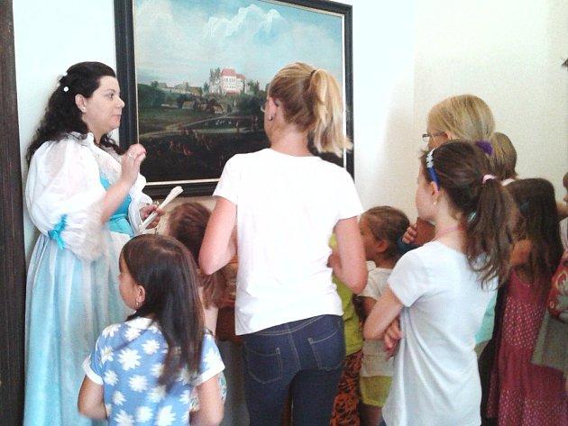 Kostýmovanou prohlídku pro děti nabízí hrad v Nových Hradech. O životě šlechty tu malým návštěvníkům vypráví hraběnka Terezie.