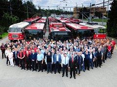 Čtyři sta zaměstnanců má Dopravní podnik města České Budějovice. Na snímku je část z nich. Spolu s vozy MHD se zvěčnili vloni u příležitosti oslav 105 let městské hromadné dopravy ve městě.