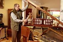 Muzeum Jindřichohradecka otevřelo novou expozici Emy Destinnové. Na snímku kurátor František Fürbach u klavíru, na který sopranistka hrávala.