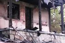 Pachatel zapálil chatu u rybníka Dehtáře.