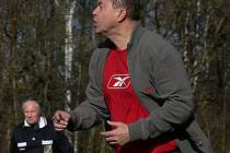 Kouč Karel Franěk prožíval na lavičce Marineru jarní předehrávku s Borovany (1:0), jak to snad umí jenom on - naplno! Zpovzdálí pobaveně sledoval trenérovy emoce asistent rozhodčího Eibl.