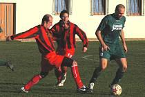 Petra Holbu (u míče) v utkání s Lažišti atakuje Zdeněk Kučera, přihlíží Václav Zimmermann.