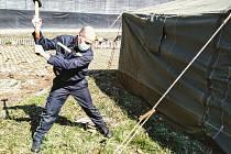 Hasiči budují stanové městečko v areálu letního kina Háječek pro osoby bez domova, které nevykazují žádné známky nákazy a nemají nařízenou karanténu.