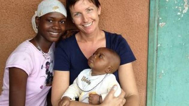 Rakouská asistentka pomáhá v Guineji.