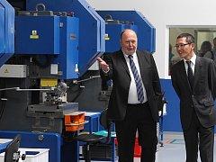 Novým závodem českobudějovické společnosti BBH Tsuchiya provádí ředitel a jednatel firmy Vlastimil Bízek (vlevo) prezidenta společnosti Tsuchiya Japonsko Koichiho Oharu.