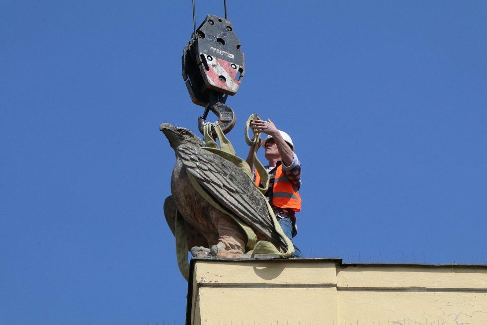 Sochu orla snesli ve středu z průčelí českobudějovického vlakového nádraží. Sochu čeká obnova v rámci velké rekonstrukce nádraží.