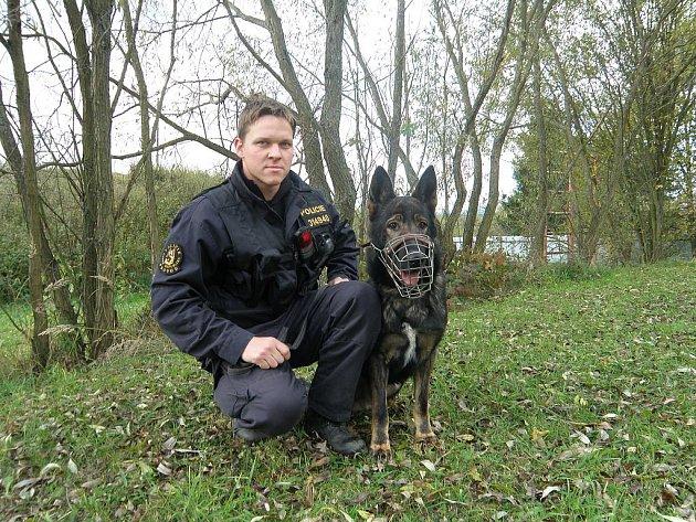 Podpraporčík Ondřej Skok a služební pes Šen dopadli dvojici narkomanů, kteří krátce předtím odcizili dodávku. Na úspěšném zásahu se podílel i další psovod Vít Schwager.