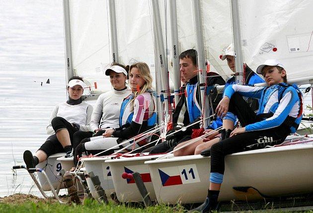 Čeští reprezentanti v yachtingu čekali 16. srpna na vítr na břehu lipenské přehrady v Černé v Pošumaví, která do pátku hostí závodníky z Holandska, Nového Zélandu, Belgie, Rakouska či Velké Británie. Poprvé v historii yachtingu se v České republice koná M