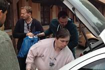 Michal Čáp (vpravo) a Lukáš Szelke ( s modrým pytlem) přivezli z Pardubic pomoc na vlastní pěst.