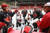 Hokejisté Avtomobilistu Jekatěrinburg na tréninku v Budvar Aréně.