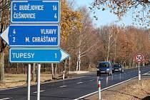 Rychlostní omezení na silnici z Češnovic do Němčic. Foto u odbočky na Tupesy ve směru na České Budějovice.