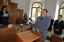 Za nepřítomnosti dvou obviněných Terezy Urbanové a Ivy Lomické,vynesení rozsudku se zúčastnil pouze další obviněný Roman Růžička (na snímku), českobudějovický okresní soud vynesl rozsudek v kauze Meinl, která se táhla téměř tři roky.