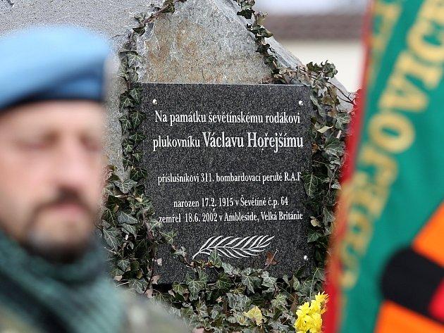Letec RAF Václav Hořejší má v Ševětíně pamětní desku