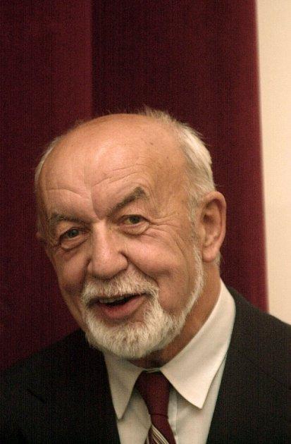 Věroslav Mertl na snímku z25. října 2001, kdy převzal vPraze Státní cenu za literaturu za svůj román nazvaný Hřbitov snů.