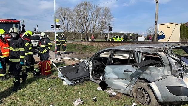 V Hrdějovicích se střetl vlak s autem, ženu převezli do nemocnice.
