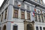 Vlajka pro Tibet byla 10. března 2021 vyvěšena i na českobudějovické radnici. Foto: magistrát města České Budějovice