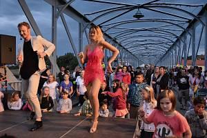 V neděli večer se pod rytmy latinskoamerických tanců rozhoupal železný most v Týně nad Vltavou.