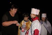 Malí tříkráloví koledníci Michal, Lucie a Martina se před lidmi nestydí.