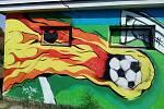 Fotbalové hřiště v Nových Hodějovicích je hodně netradiční. Malby na kabinách jsou opravdu pozoruhodné.
