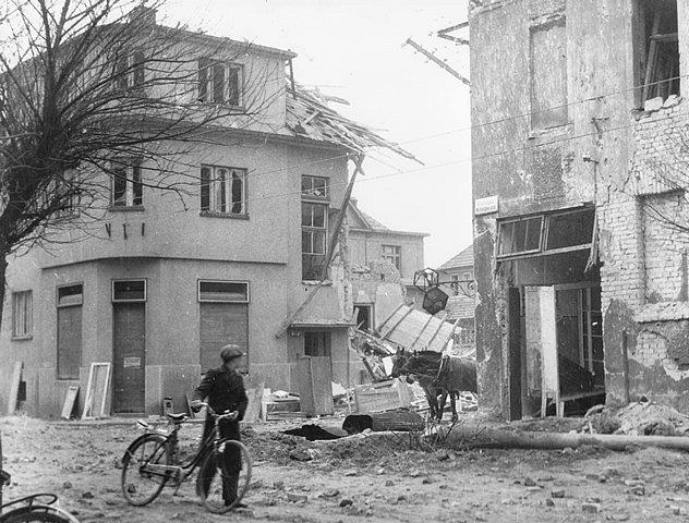 Po náletech v březnu 1945 zůstalo v Českých Budějovicích mnoho zmařených životů a zničených domů. Na snímku ulice Marie Vydrové.