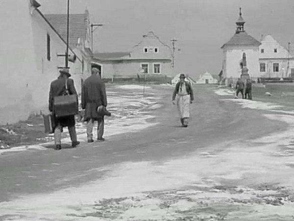 Úvod filmu: propuštění vězni právě přijíždějí do Vejtonic (Plástovic). Na návsi je pozdraví místní pantáta.