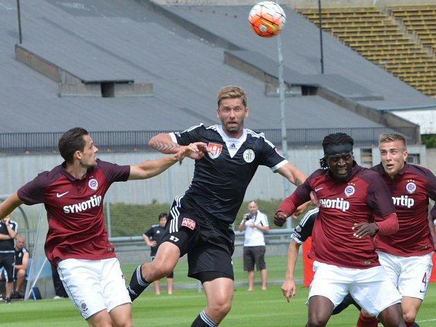 Richard Kalod v souboji se sparťany Holkem a Costou: Sparta - Dynamo v přípravě 2:1.