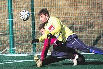 Michal Mašát z juniorky Dynama v klubovém derby s dorostem Dynama (1:0) v Písku bojuje s Františkem Kecskéšem.