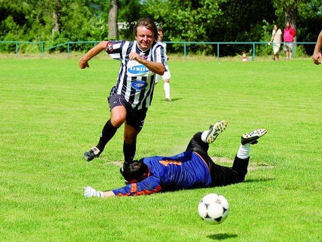 Karel Musil ve vzpomínkovém utkání bývalých dorostenců Dynama ze sezony 1984/85 v Bavorově obchází domácího Píchu.