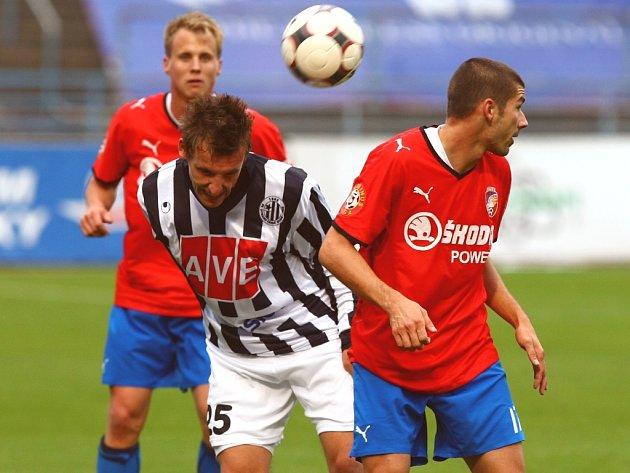 Petra Šímu (na snímku z podzimního duelu Dynama v Plzni mezi Limberským a Rezkem) v neděli s Plzní čeká prestižní zápas proti mužstvu, kde před příchodem na jih deset let hrál.