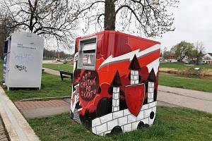 Na Jiráskově nábřeží nechala kontejner na vysloužilé elektropřístroje vyzdobit graffiti designem společnost Asekol.