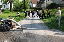 Dobrovolní hasiči z Rankova obnovili letos svou činnost. Snímek je z tréninku na místní návsi.