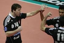 Nahrávač Jihostroje ČB Petr Zapletal (vlevo) se raduje se spoluhráči z vítězství