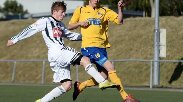 Michal Řezáč ve Varnsdorfu v souboji s domácí obranou.