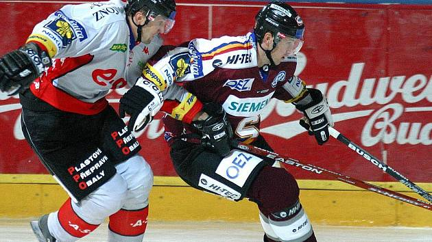 Ivo Kotaška (vlevo) ještě v dresu Znojma střeží sparťana Petra Tona.