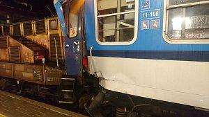 Lokomotiva najela v pátek večer na českobudějovickém nádraží do dvou prázdných vagonů.