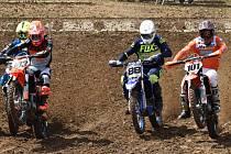Nejpozději za dva týdny by se měla rozběhnout motokrosová sezona. Na snímku z loňského mistrovského závodu v Jiníně je zcela vpravo vicemistr republiky v nejprestižnější třídě MX1 Jihočech Václav Kovář. V Jiníně se MR pojede i letos.
