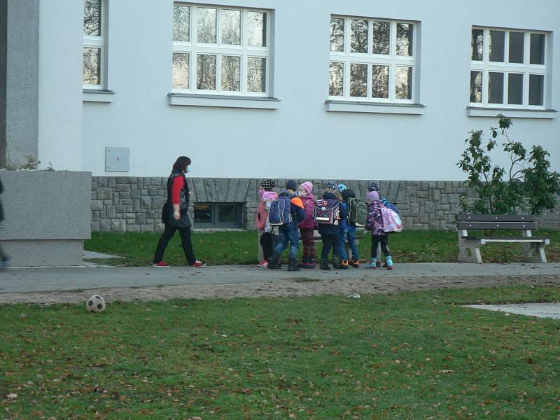 Žáci první a druhé třídy nastoupili 18.listopadu 2020 po přestávce vyvolané koronavirem i do Jubilejní základní školy svatováclavské ve Strýčicích.