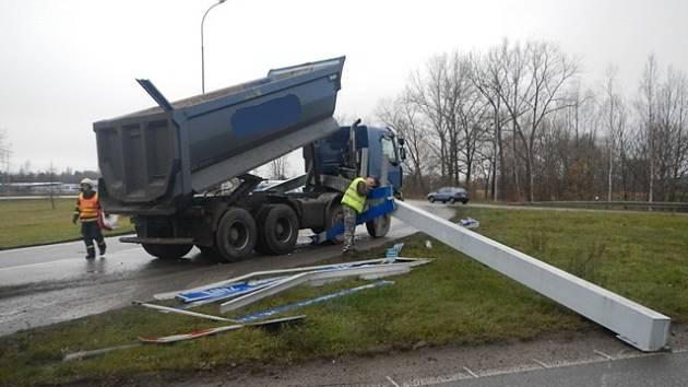 Nehoda na kruhovém objezdu v Českých Budějovicích.