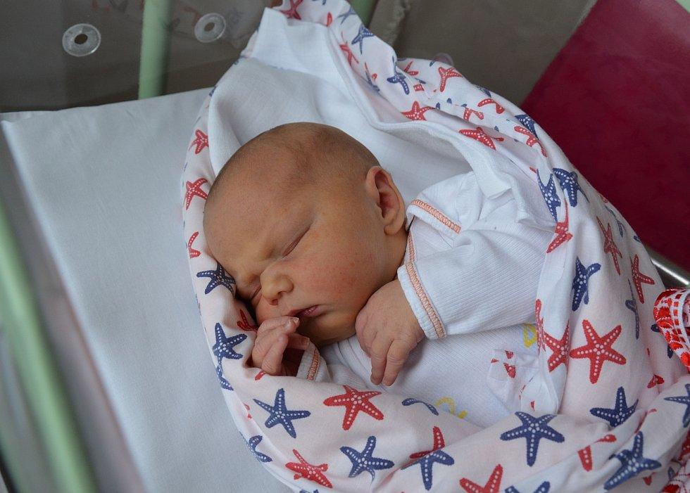 Alžběta Moravcová z Vráže. Dcera Evy a Petra Moravcových se narodila 6. 11. 2020 v 9.49 hodin. Při narození vážila 3800 g a měřila 51 cm. Doma ji přivítali bráškové Štěpán (5) s Antonínem (3).