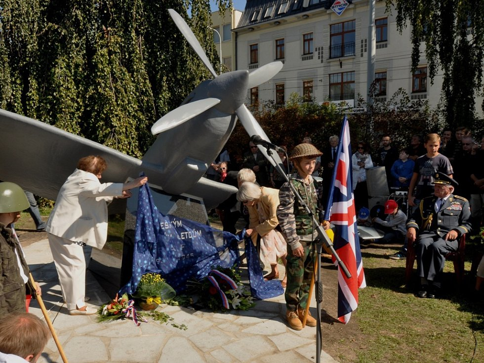Odhalení pomníku českým letcům RAF, ČB 12. září 2015. Pomník odhalily Božena Hlaďová a Jiřina Malá, manželky někdejších letců RAF.