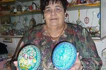 Paní Wössová s pštrosími kraslicemi.