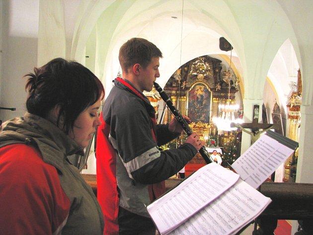 V Dubném je sbor většinou složen z místních obyvatel, ale bez posil se zde neobejdou. Významnou pomoc sbor získal až z Velešína, studentku konzervatoře Veroniku Weisfeitovou, která hraje na příčnou flétnu.