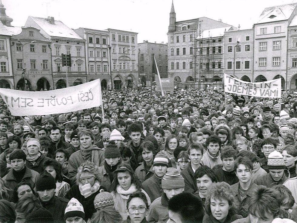 Sametová revoluce v Českých Budějovicích, listopad 1989. Na snímku demonstrace na náměstí.