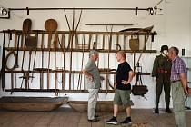 Předměty, které jsou k vidění v muzeu v Dolních Slověnicích, připomínají především vesnický život našich předků.Pro návštěvníky jsou zde připraveny i artefakty z druhé světové války.