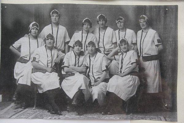 Historická fotografie zroku 1923zachycuje ženy, které chodily do lišovského Sokola.
