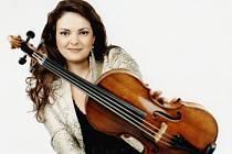 Houslistka Tatiana Samouil nadchla 21. května publikum při koncertu Jihočeské komorní filharmonie.